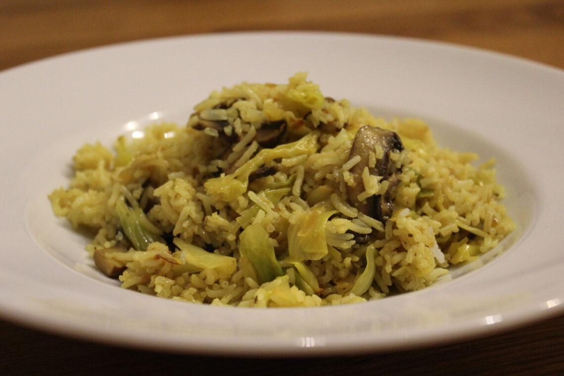 Indische Reispfanne mit Champignons und Spitzkohl
